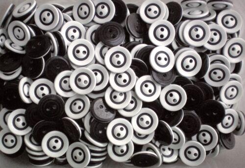 W387 16 mm 26 l Noir /& Blanc Motif 2 Trous Manteau Craft Veste Couture Boutons