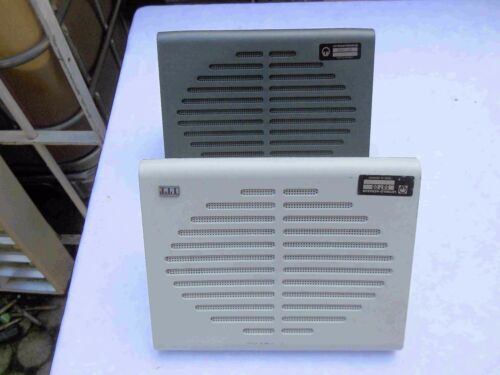 Zwei Lautsprecher mit Marke ITT Leybold Heraeus