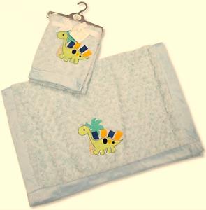 NEUF dans emballage Snuggle Baby Blue Rosebud Wrap//Couverture Avec Dino 75 x 100 cm