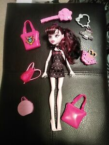 Monster-High-Draculaura-Doll-5-purses-brush-and-keychain-and-dress-Lot