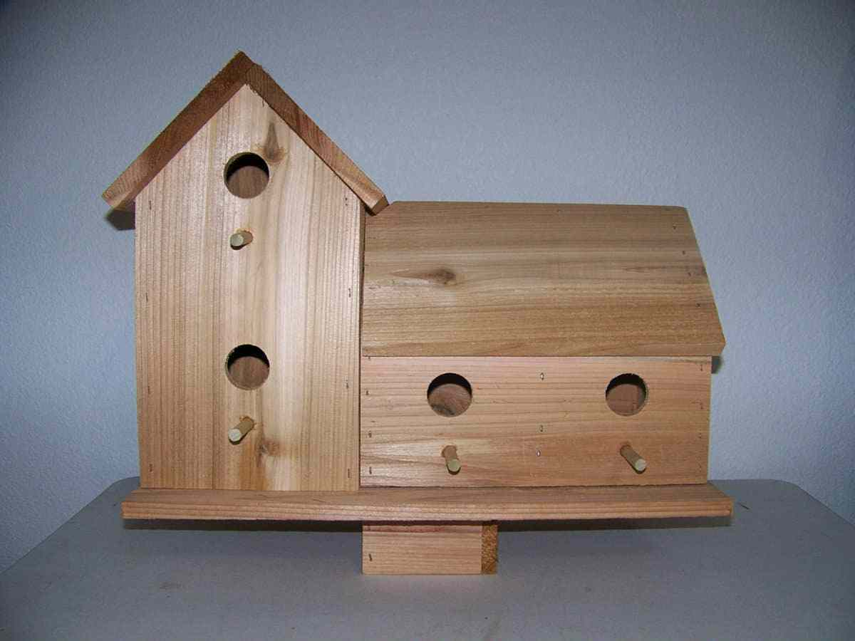 LG- COUNTRY  CEDAR  BARN  4 SEP. COMPARTMENTS PERCHES FREE S H fully assembled