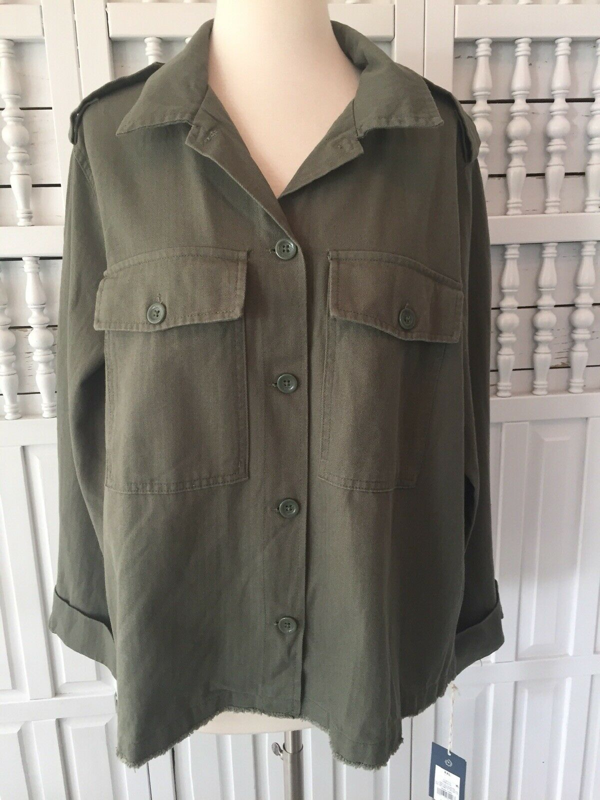 New Universal Thread women's XXL olive button up jacket, pockets, raw edge hem