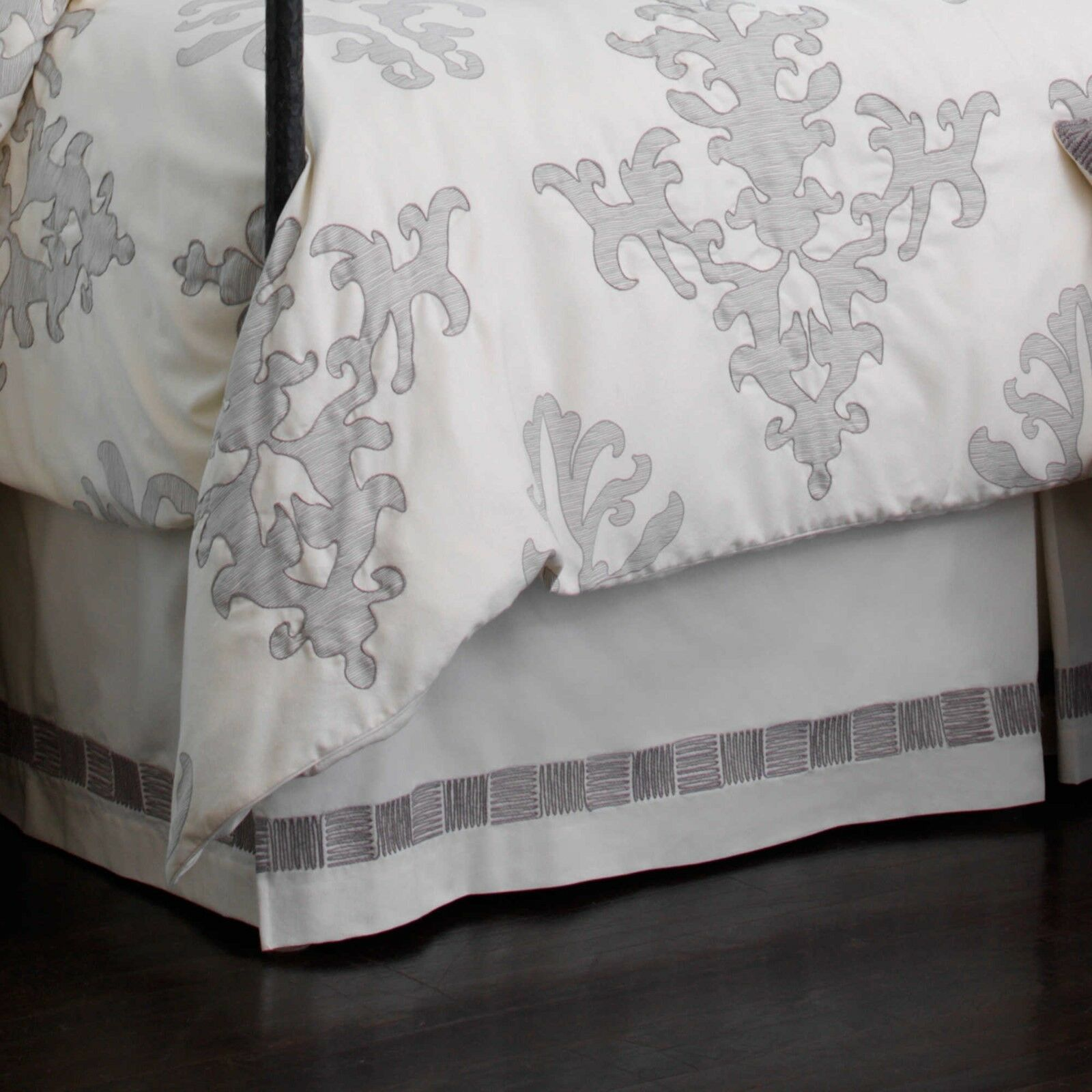UPSTAIRS DRANSFIELD ROSS ANTIGUA 1 QUEEN SIZE BED SKIRT DUST RUFFLE IVORY