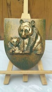 Blason-artisanal-representant-un-bebe-Panda-et-sa-mere-Fintion-bronze