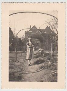 F29722-Orig-Foto-Buer-Maedchen-im-Garten-in-der-Springestrasse-35-1936