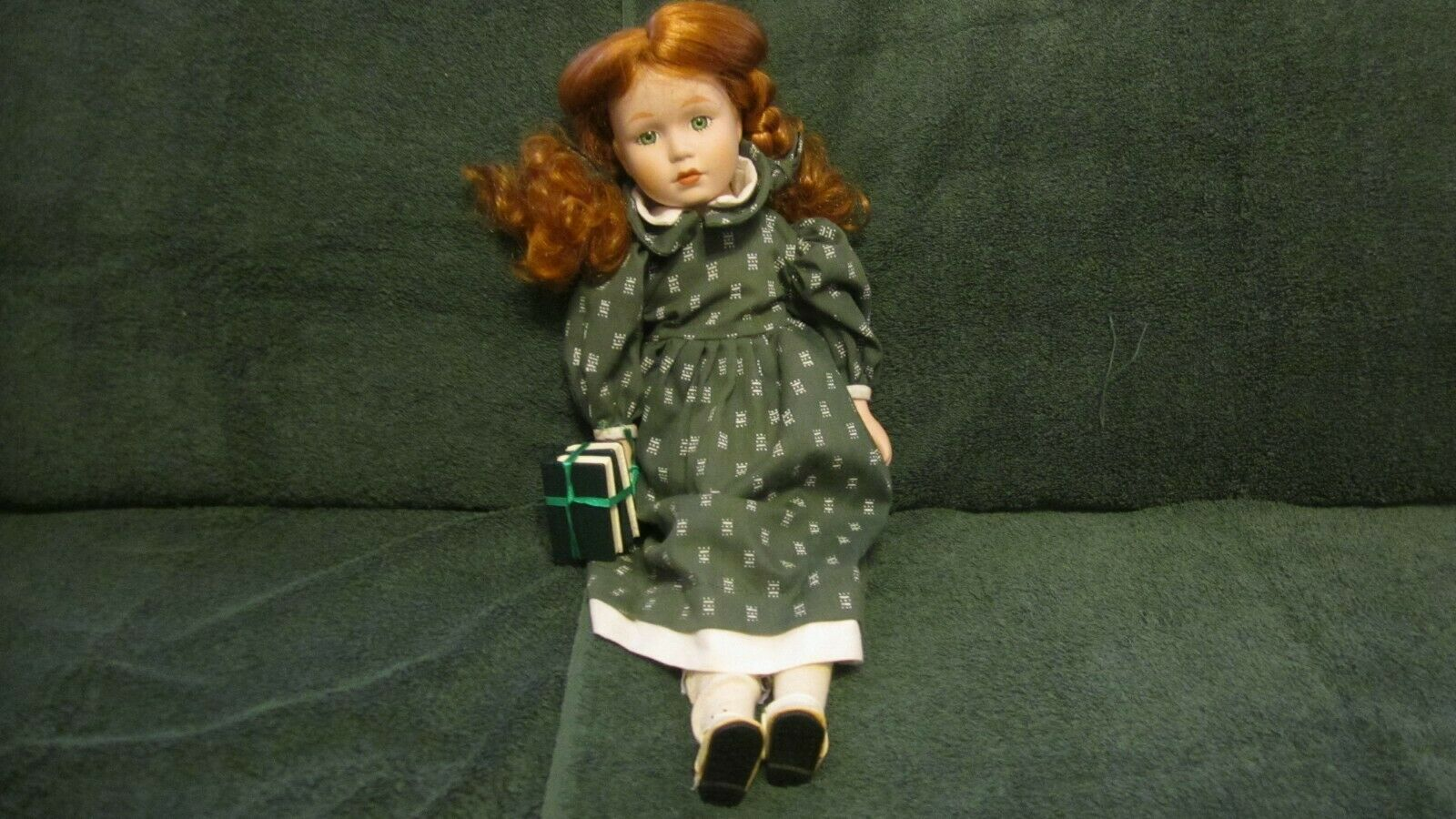 School girl porcelain doll, Doll w rot hair, Grün dress, books, Lot 2 16  dolls