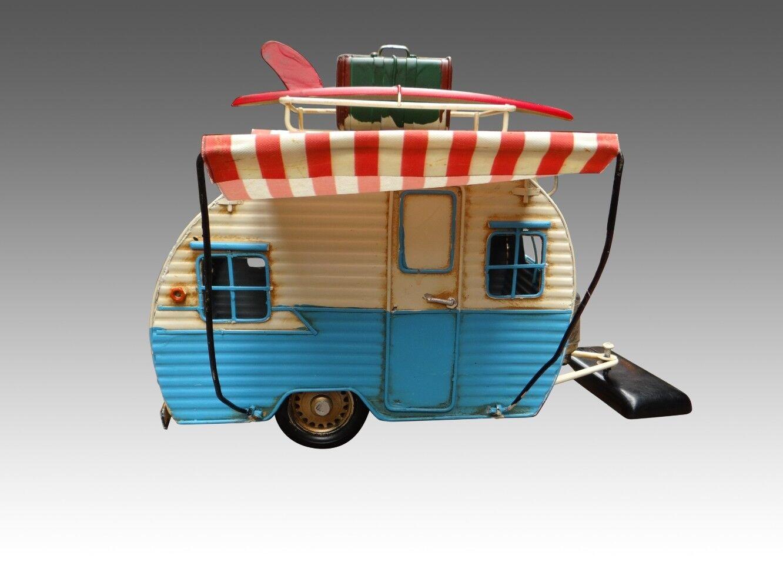 Caravane en tôle peinte