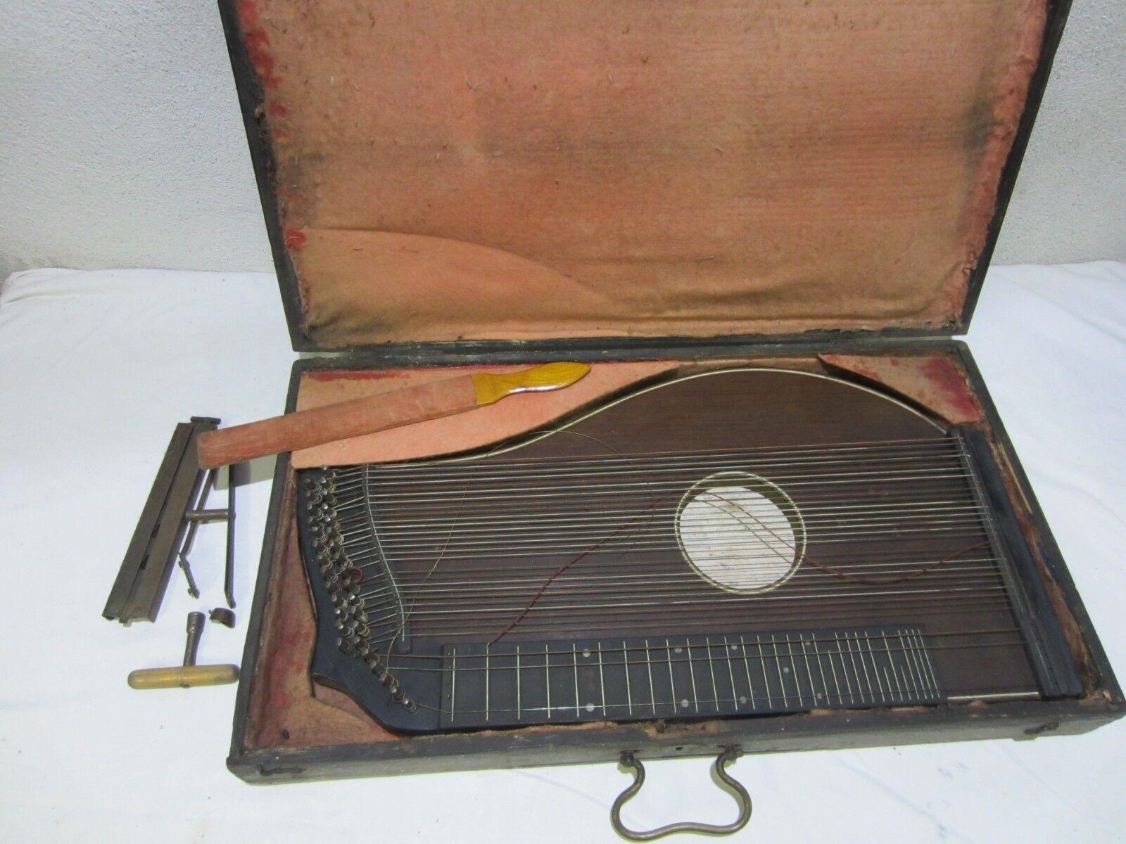 Eine sehr alte Konzert Zither  im Holzkoffer          Nr 2498
