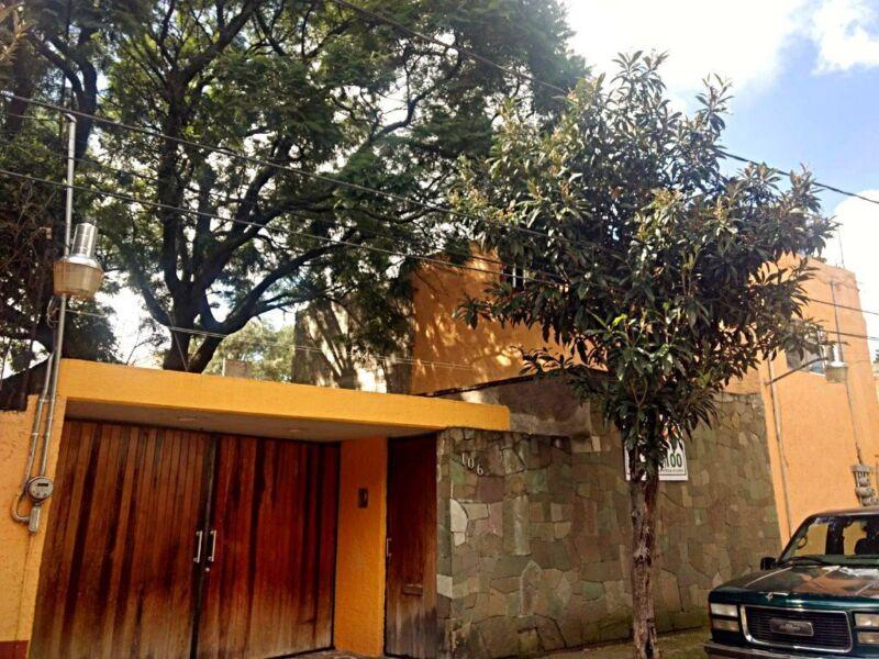 Casa con Jardín en Venta de Cuatro Recámaras en colonia Los Alpes