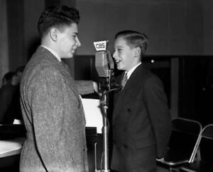 OLD-CBS-RADIO-PHOTO-Quizmaster-Arthur-Ross-On-program-Master-of-Games-2