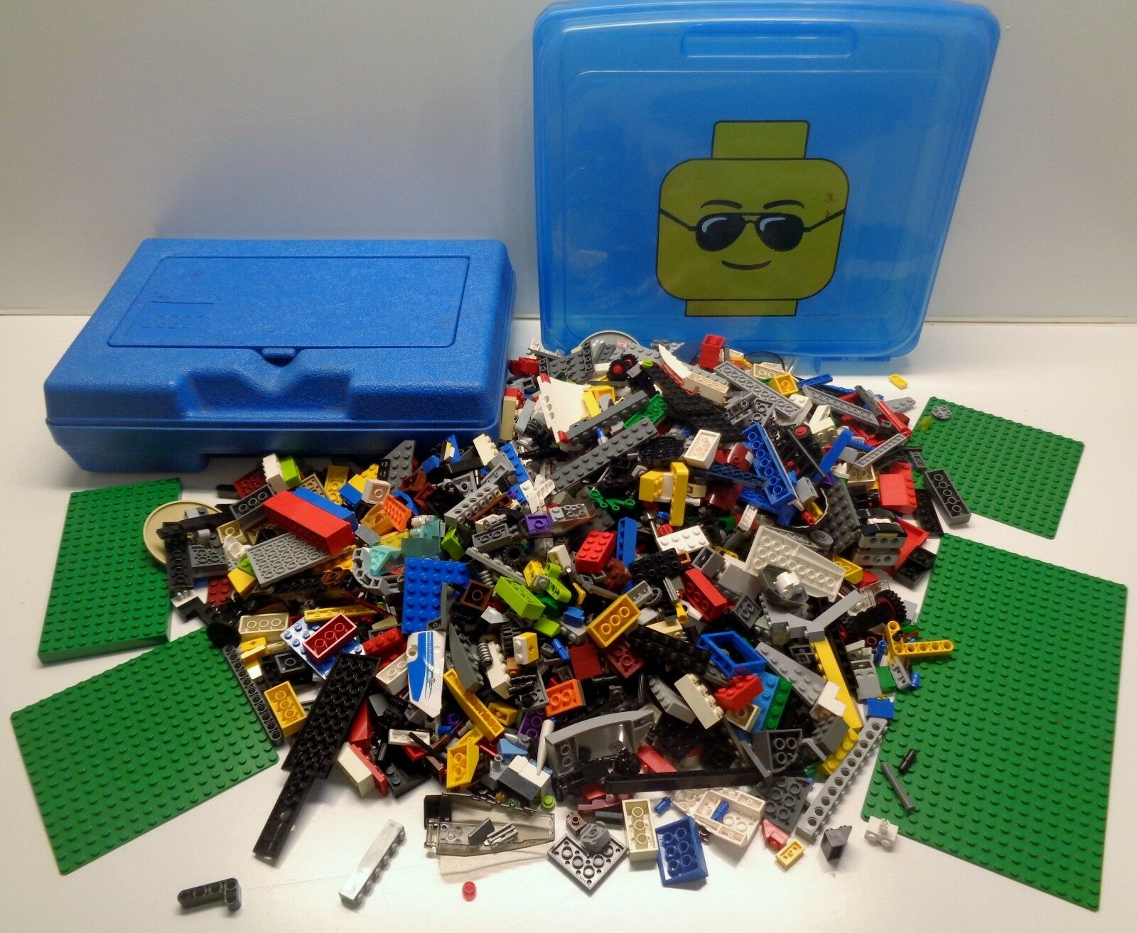 2 LEGO Blau Storage Containers & 4.75 pounds of Lego Parts Pieces