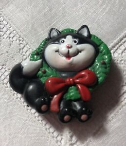 Christmas Cat and Wreath Plastic Pin by Russ