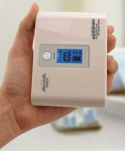PowerBank-gt-10000mAh-BATTMAN-DUAL-USB-mobil-ZusatzAkku-LCD-100-LED-6Zubehoer-weiss
