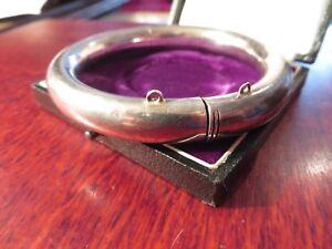 Schoener-Silber-Armreif-Muster-Rillen-Rauten-Modern-Elegant-Stilsicher-Tip