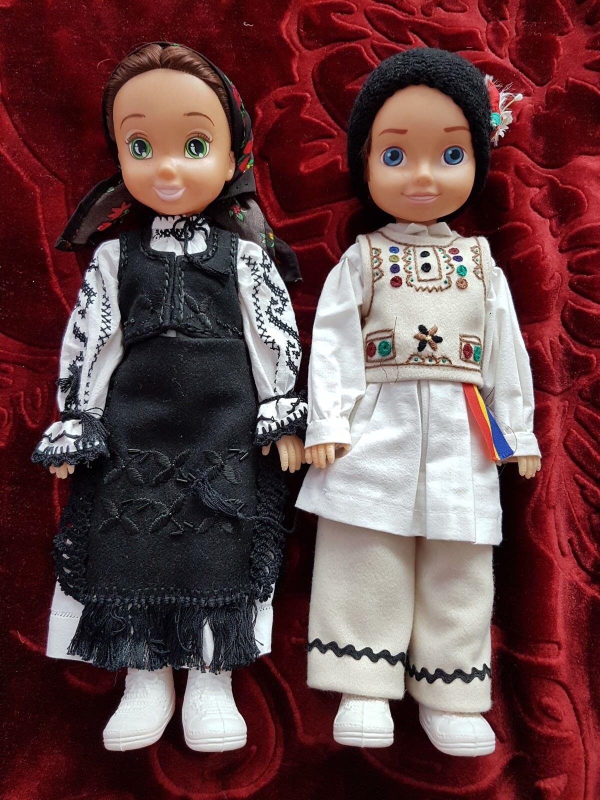 Pareja rumana tradicional de ropa vintage muñeca