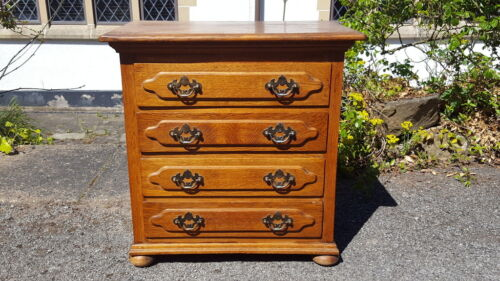 A Very Pretty Georgian Style SmallDaintyCompact Chest of Drawers Good Handles