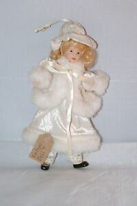 Vintage-Porzellan-Ibory-Creme-Fell-Winter-Miniatur-Puppe-auf-dem-Rucken-7448a