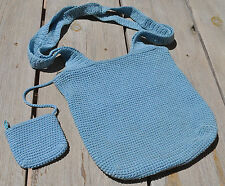 Sac en crochet bleu porté épaule avec porte-monnaie