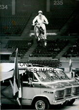DAREDEVIL STUNTMAN EVEL KNIEVEL ON HARLEY DAVIDSON MOTORCYCLE STADIUM SHOW PHOTO