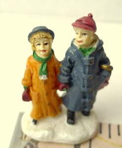 Grandeur-Noel-Couple-Walking-Victorian-Christmas-Village-2001-Miniature