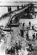WW2 - CP - Le Génie britannique termine un pont de bateaux  à Gold Beach