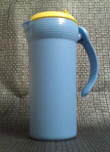 Tupperware-Picknick-Kanne-m-Schraubdeckel-amp-Haltegriff-Inhalt-1-1-l-blau-gelb