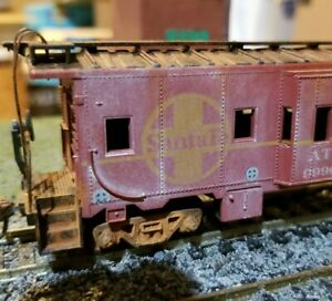 Athearn-Santa-Fe-Weathered-caboose-patched-bay-window-HO-scale