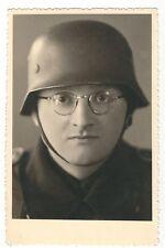 8/96 AK SOLDAT MÄRZ 1942 STAHLHELM BRILLE
