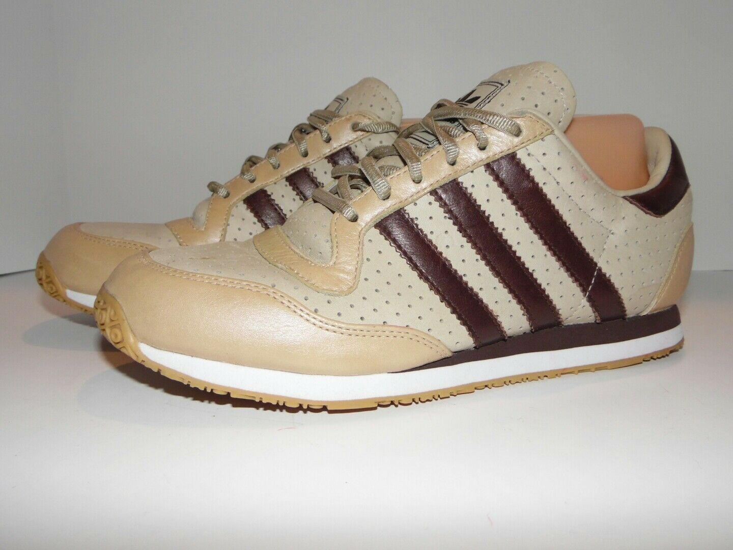 Adidas vintage leather tennis shoes size 7