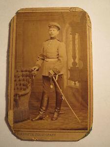 Mannheim-stehender-Soldat-in-Uniform-Saebel-Kulisse-CDV