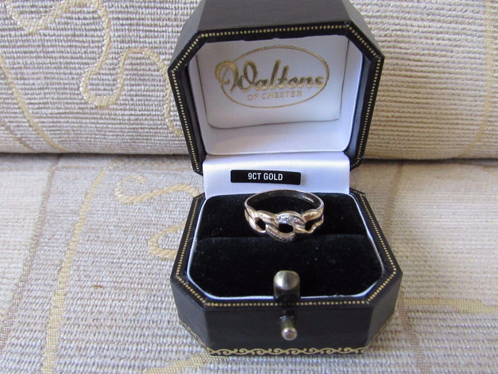 Elegant .375 9CT gold Diamond Stone Twist Ring - Size M, BOXED 1.77g
