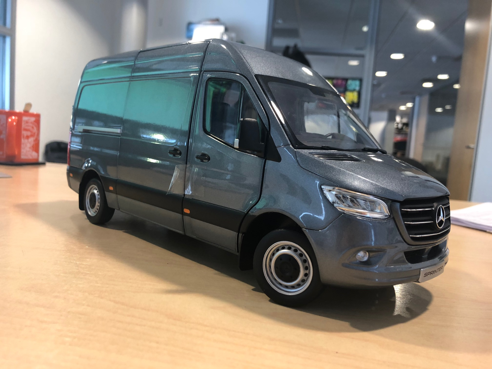 Mercedes-Benz 2018  Sprinter WDB907 1 18 Scale Model grau Metallic (BNIB)