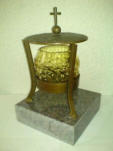 Grableuchte-Leuchte-fuers-Grab-Bronze-mit-Steinplatte-Steinsockel-Kreuz