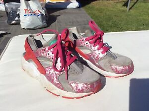 outlet store cbb0c 96edb Details about NIKE HUARACHES GENINE LADIES WOMEN GIRLS GREY PINK TRAINERS  SIZE 5. UK