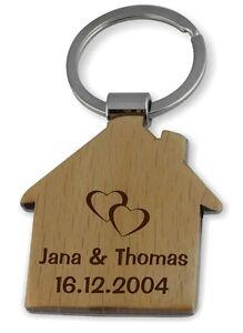 Ein sehr schöner Holz Schlüsselanhän<wbr/>ger in Hausform mit Gravur, Motiv und Wunsch
