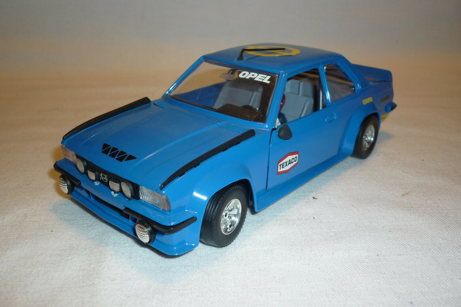 Bburago - Metal Model - Opel Ascona Ascona Ascona 400 Rally with Driver - 1 24 - (1.a-14) f60aa9
