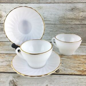 FIRE-KING-ANCHOR-HOCKING-Swirl-Shell-Milk-Glass-Gold-Trim-Cups-Saucers-Set-2