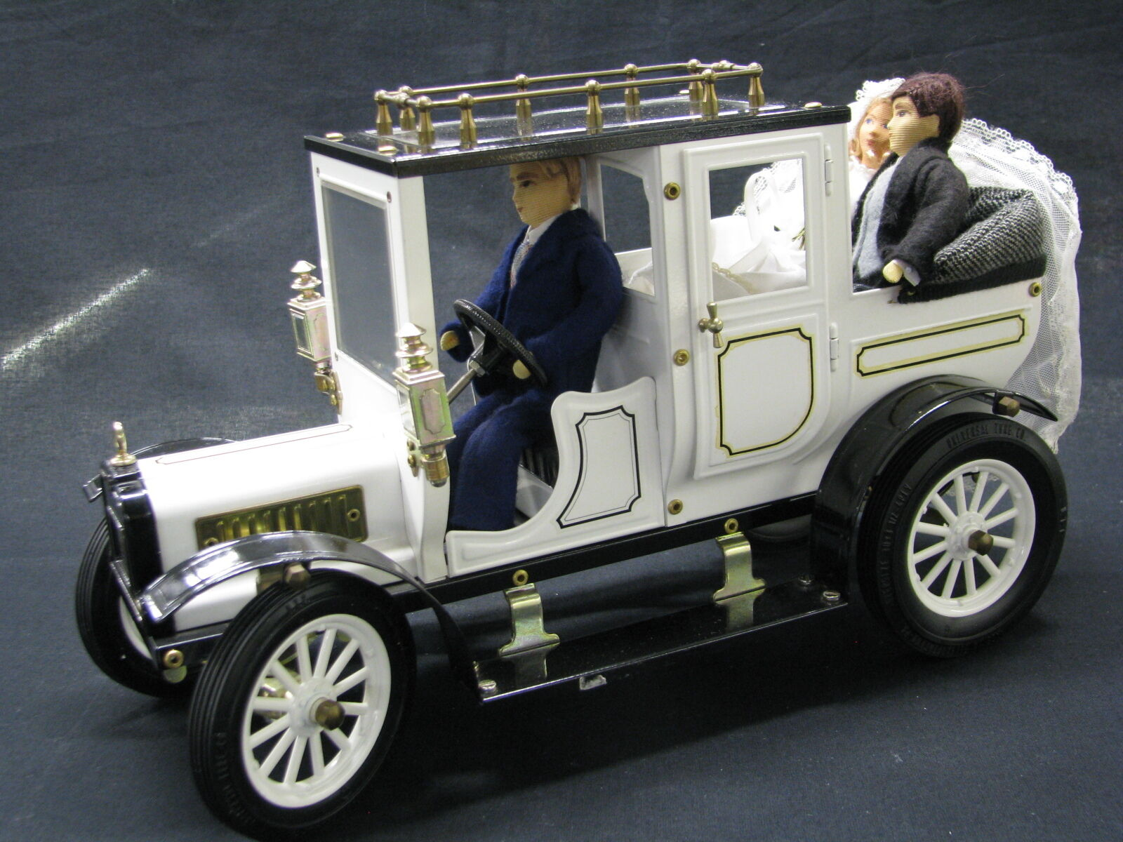 GC Collections Mercedes-Benz 1 12 Wedding Car with Figurines (JS)