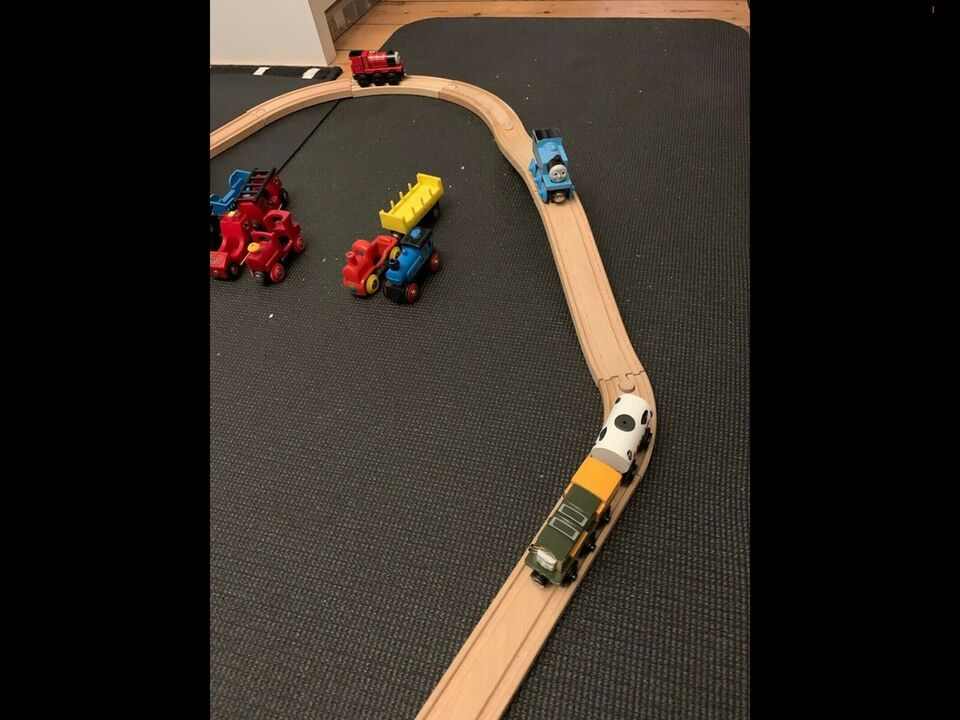 Brio togbane med skinner og Thomas toge og Brio to