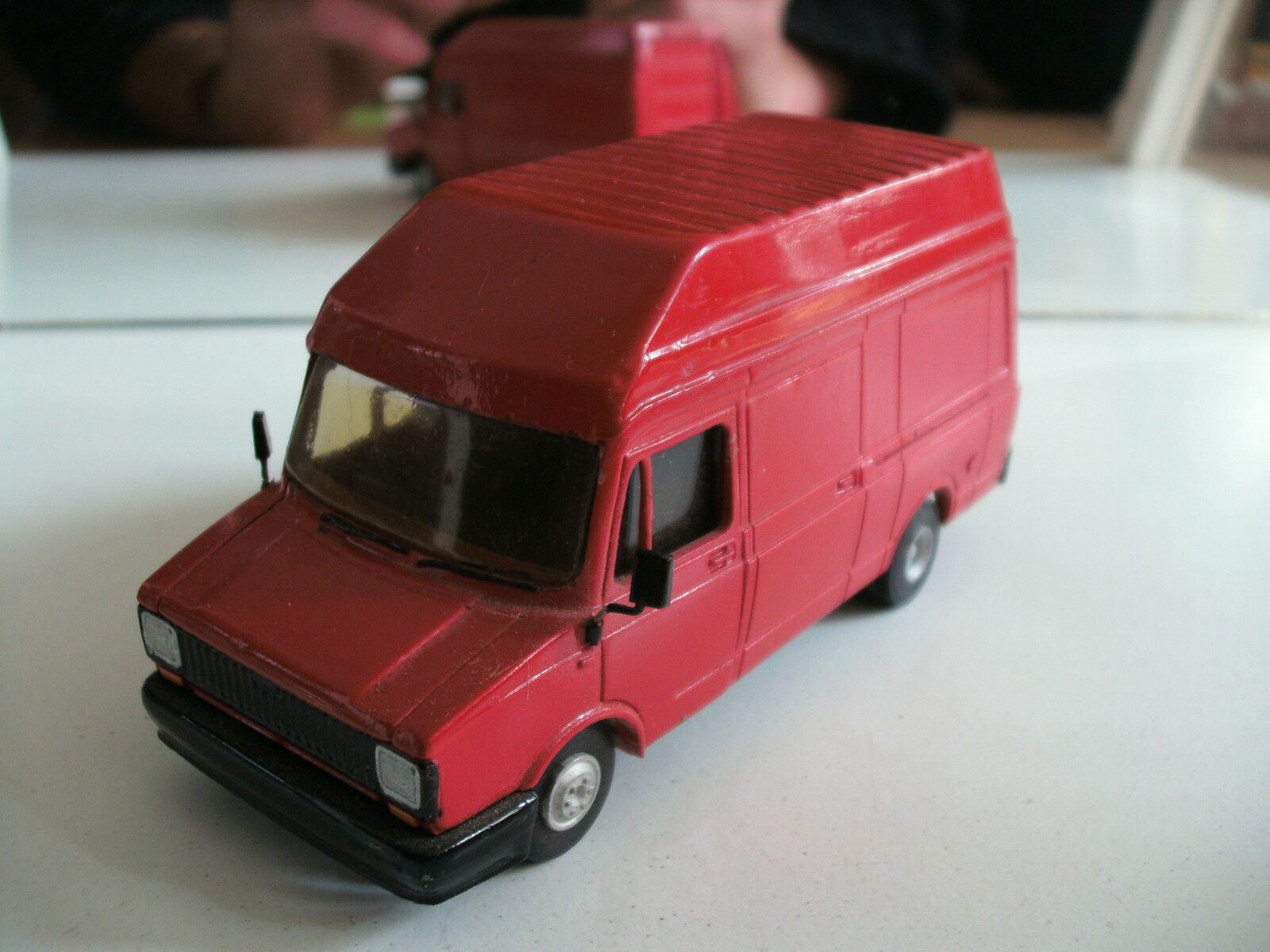 Hand Built Model SMith Models Roxley Models Sherpa 300 High  Roof in rouge  livraison rapide