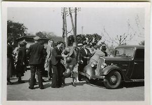 PHOTO-ANCIENNE-VOITURE-FOULE-AGITATION-CAR-CROWD-Vintage-Snapshot