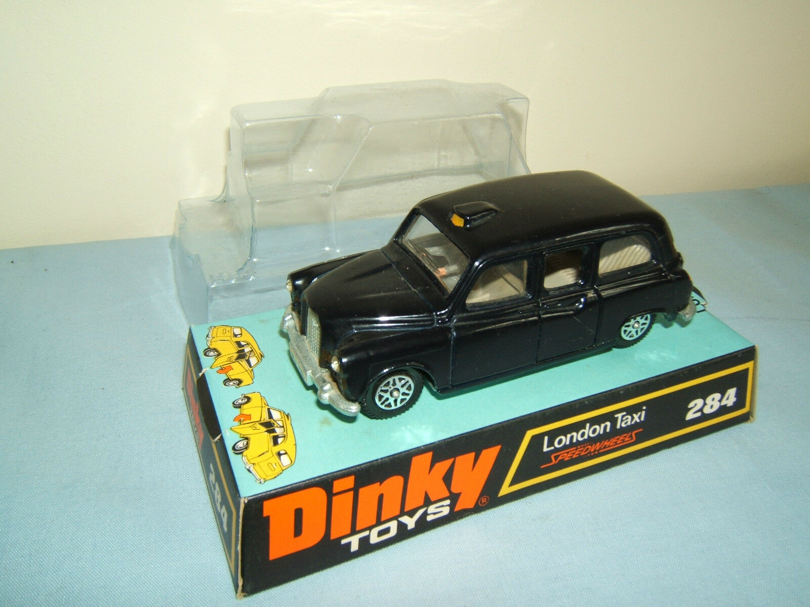 DINKY TOYS MODEL  No.284  LONDON TAXI   ( AUSTIN FX4  )      MIB