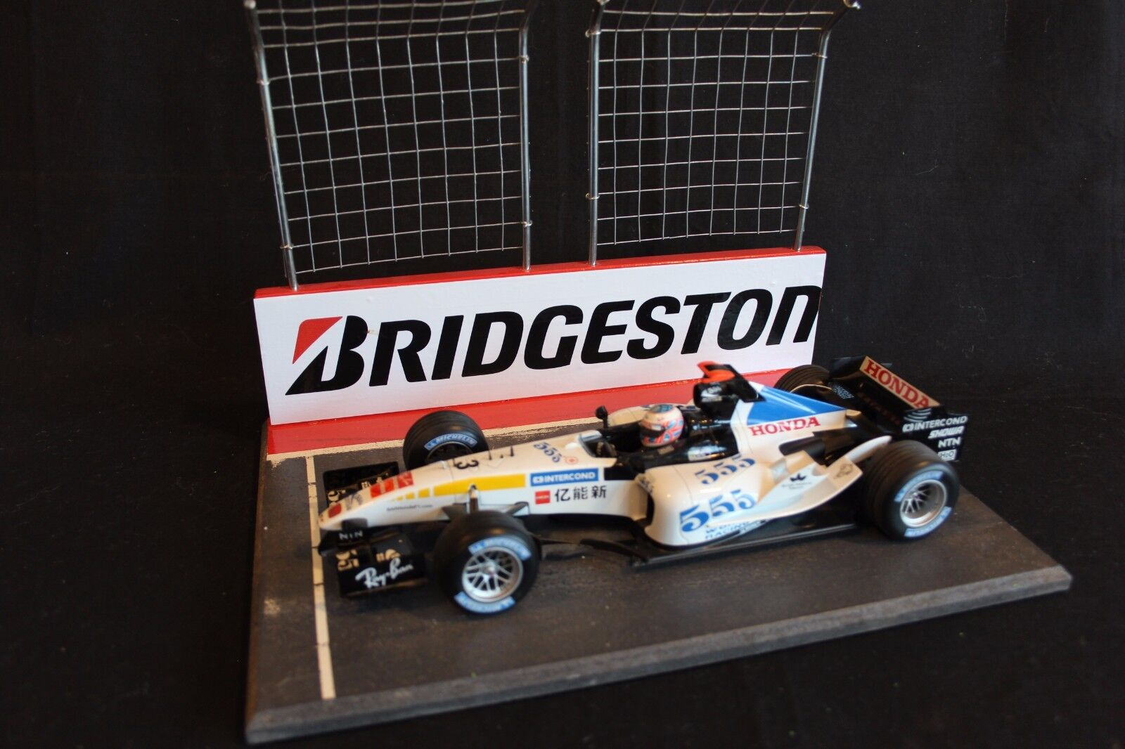 QSP Diorama 1:18 Starting grid with wall and 2 high fences  Bridgestone  rosso