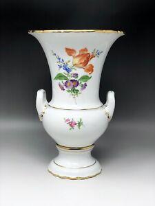 Meissen-Vase-Henkelvase-Trichtervase-Dekor-Bunte-Blume-mit-Goldrand-Hoehe-26-cm