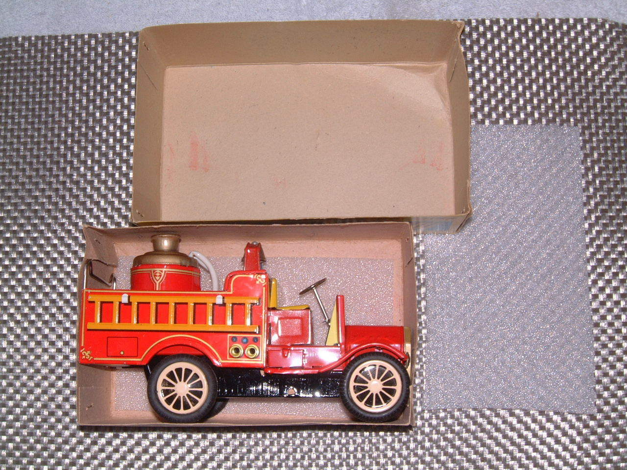 VINTAGE SSS INTERNATIONAL, TIN, FRICTION DRIVEN OLD OLD OLD SMOKY FIRE ENGINE IN BOX  5d09e3