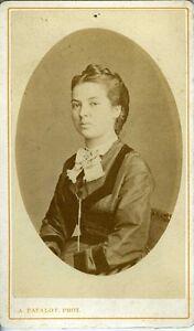 """A. FATALOT LYON portrait jeune femme assise belle robe CDV photo 1870 - France - État : Occasion : Objet ayant été utilisé. Consulter la description du vendeur pour avoir plus de détails sur les éventuelles imperfections. Commentaires du vendeur : """"Voir plus bas"""" - France"""