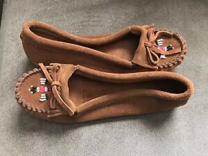 3c75708871aa Image is loading Minnetonka-Moccasin-Beaded-Leather-Slippers-Size-9