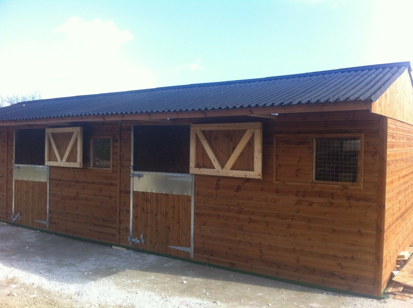 TIMBER MOBILE   STATIC WOODEN STABLE (FREE ROOF LIGHT)