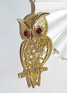 Vintage-Avon-Owl-Bird-Pin-Brooch-Gold-tone-Red-Cabochon-Rhinestone-Eyes-Filigree