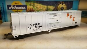 Athearn-PFE-HO-60-039-box-car-Reefer-Pacific-Fruit-Express-boxcar-metal-wheels